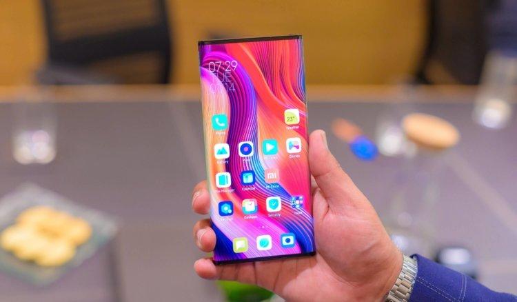 CEO Xiaomi đã chọn chiếc smartphone yêu thích của mình. Đoán xem 2
