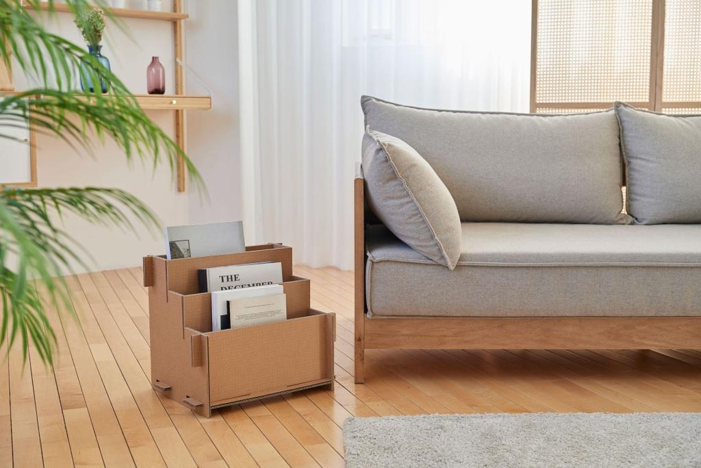 ghế sofa, sàn gỗ và kệ tạp chí cùng với môi trường tự nhiên