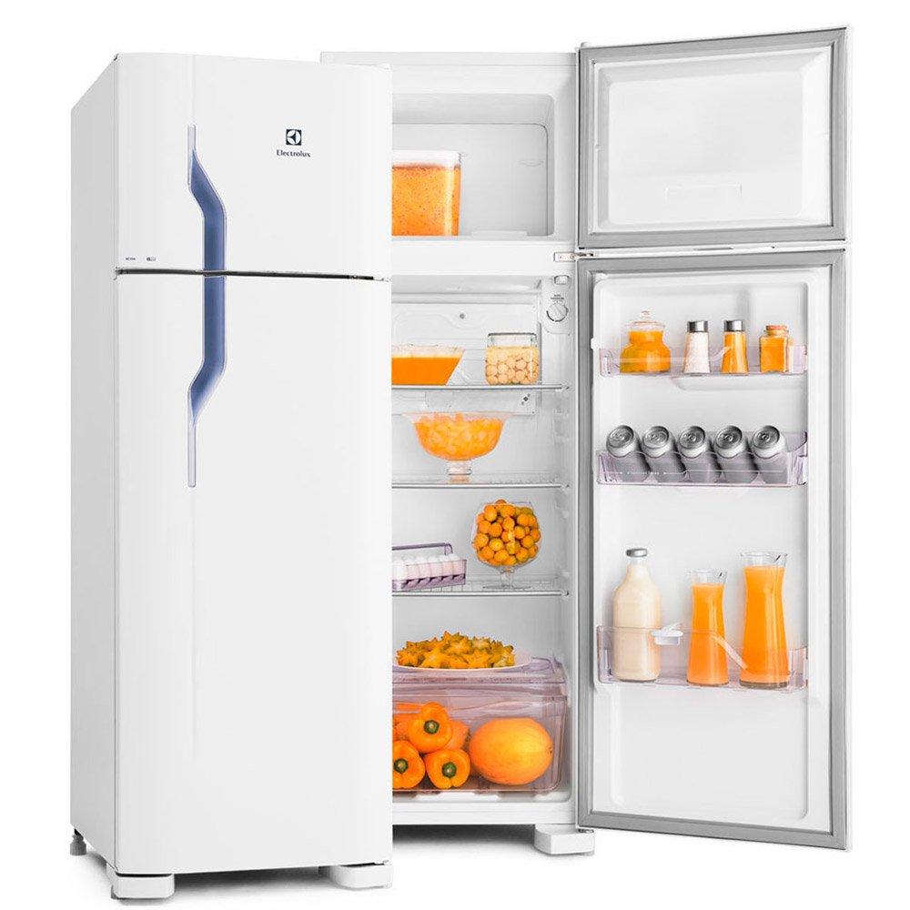 Tủ lạnh phía trước nền trắng