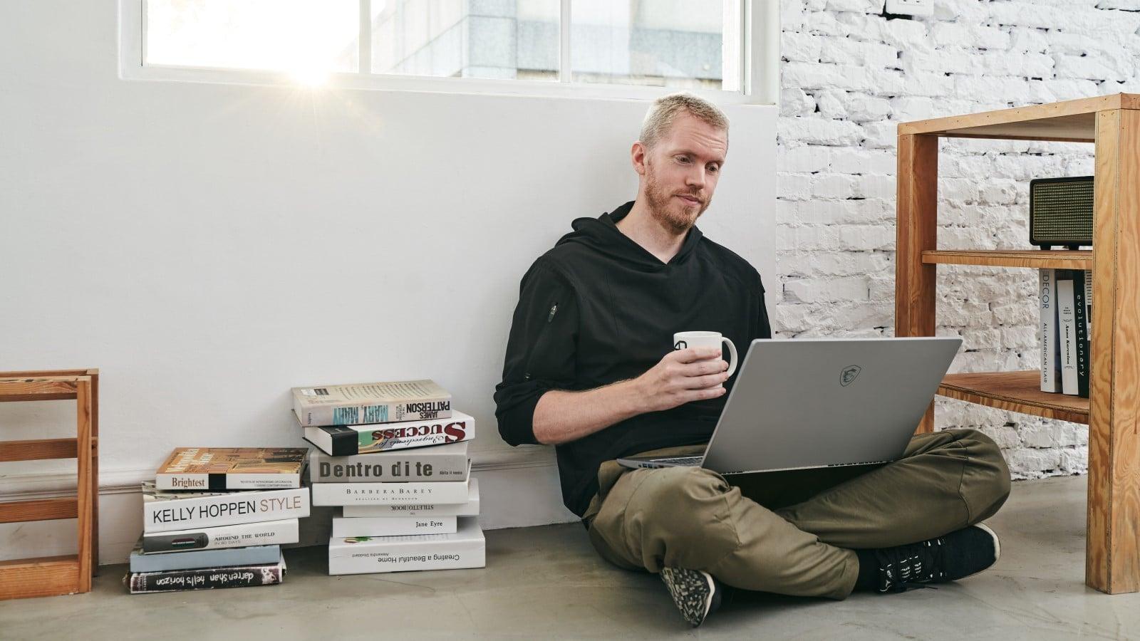 bir dizüstü bilgisayar kullanarak evden çalışma