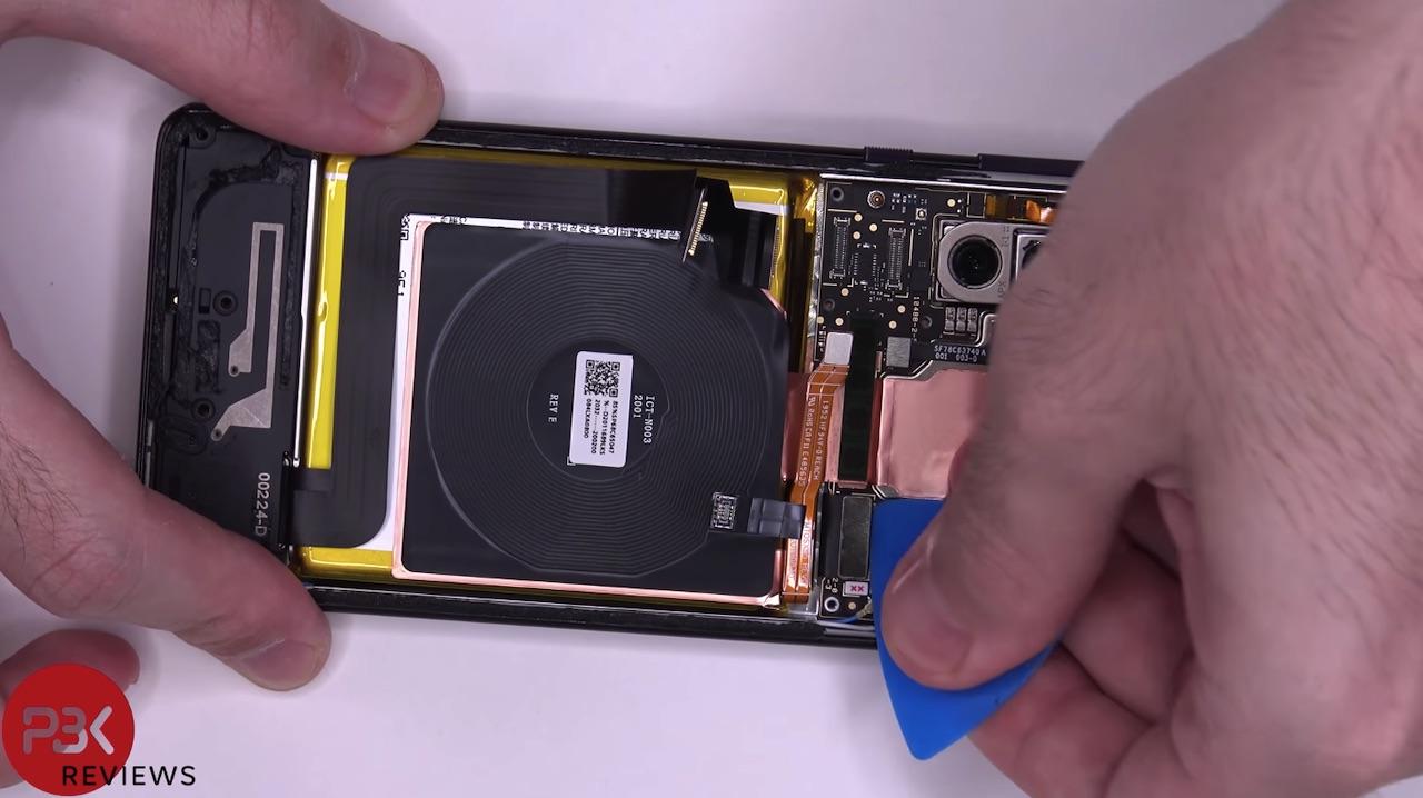 Motorola Edge + Teardown cho thấy rất nhiều đồng và keo 1