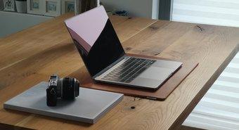 Meja Berdiri Ter Bạchk Dengan Dulang Papan Kekunci