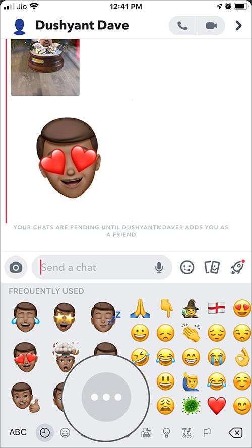 Klepnite na tri bodky medzi Memoji a Emoji na iPhone