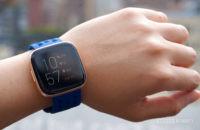 Fitbit Versa 2 na zápästí