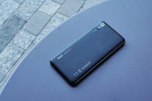 Xiaomi Redmi 7A stolík pod uhlom
