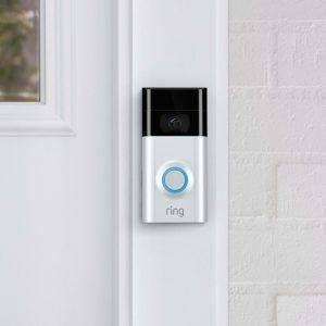 Prsteňový video zvonček pripevnený k dverám