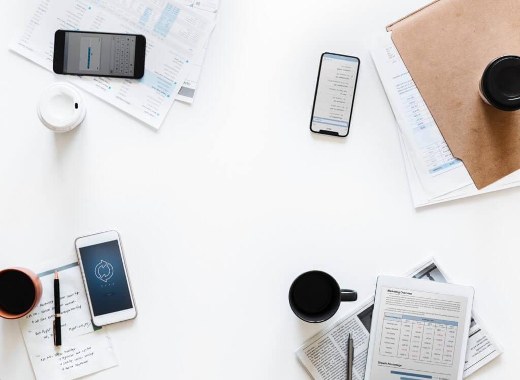 biely stôl pre telefóny s Androidom počas schôdze