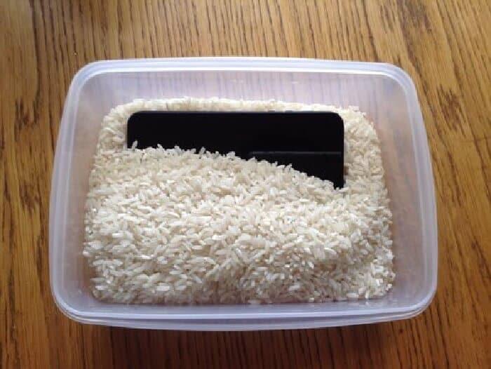 Pochovajte telefón v surovej ryži